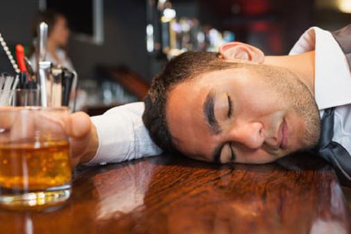 Последното питие на бара в нощен клуб.