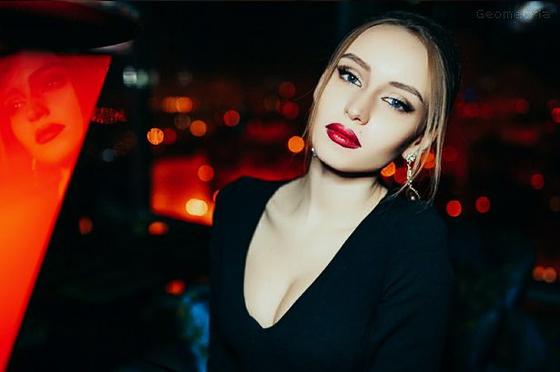 Красиво момиче в нощен клуб.