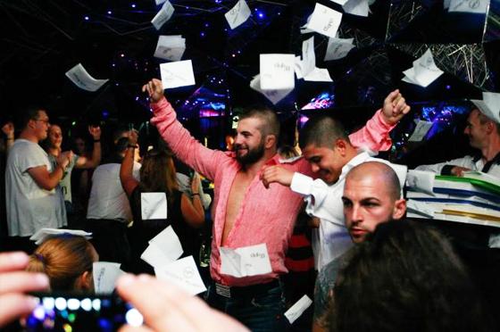 Парти в нощен клуб.