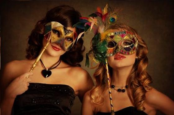 Красиви момичета с маски.